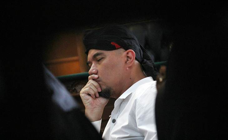 Terdakwa kasus dugaan pencemaraan nama baik Ahmad Dhani (tengah) mendengarkan keterangan saksi ahli saat menjalani sidang lanjutan di Pengadilan Negeri (PN) Surabaya, Jawa Timur, Selasa (19/3/2019). - ANTARA/Moch Asim