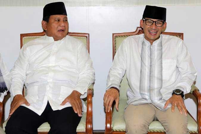 Capres cawapres no urut 02 Prabowo Subianto (kiri) dan Sandiaga Salahudin Uno berbincang sebelum melaksanakan ibadah salat Jumat pada kunjungannya ke Aceh di Masjid Raya Baiturrahman, Banda Aceh, Aceh, Jumat (3/5/2019). - ANTARA/Irwansyah Putra