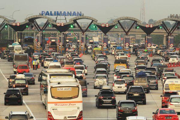 Antrean kendaraan di gerbang tol Cipali, Palimanan, Cirebon, Jawa Barat, Minggu (10/6). Data dari PT Lintas Marga Sedaya (LMS) pada H-5 Lebaran, jumlah kendaraan yang keluar dari gerbang tol Palimanan mencapai 44.408 mobil. - ANTARA FOTO/Dedhez Anggara