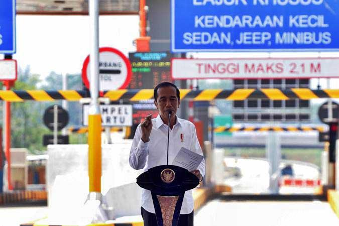 Presiden Joko Widodo memberikan sambutan saat meresmikan jalan tol Pandaan-Malang di gerbang tol Singosari, Malang, Jawa Timur, Senin (13/5/2019). - ANTARA/Rivan Awal Lingga