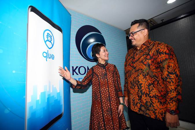 Co-Founder and CTO Qlue Andre Hutagalung (kanan) berbincang dengan Chief Commercial Officer Maya Arvini usai jumpa pers inisiasi Smart Citizen Day 2019, di Jakarta, Rabu (20/3/2019). - Bisnis/Abdullah Azzam
