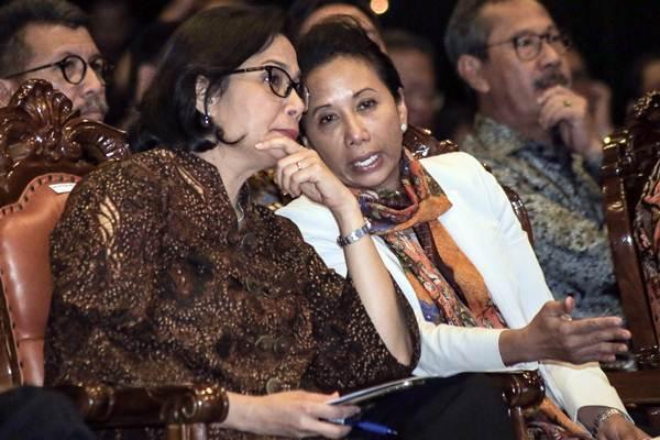 Menteri Keuangan Sri Mulyani (kiri) berbincang dengan Menteri BUMN Rini Soemarno di sela-sela peresmian Integrasi Data Perpajakan antara Direktorat Jenderal Pajak dan Pertamina, di Jakarta, Rabu (21/2/2018). - JIBI/Felix Jody Kinarwan