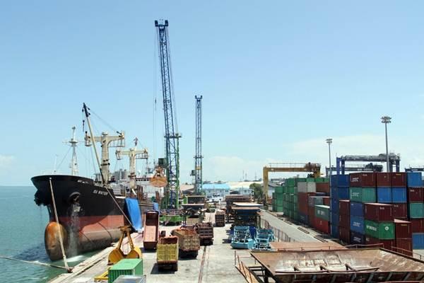 Aktivitas di pelabuhan Pelindo IV.