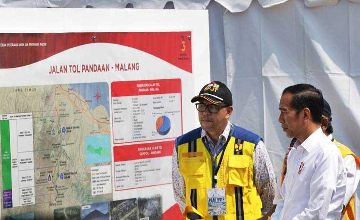 Presiden Joko Widodo (kanan) mengamati peta jalan tol Pandaan-Malang sebelum peresmian di gerbang tol Singosari, Malang, Jawa Timur, Senin (13/5/2019). - ANTARA/Rivan Awal Lingga