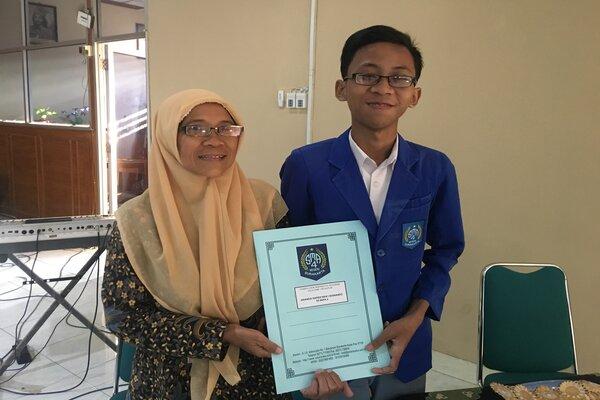 Ananda Hafidh Rifai (kanan), Siswa SMAN 4 Solo mendapatkan nilai 100 untuk empat mata pelajaran UNBK, Senin (13/5). - JIBI