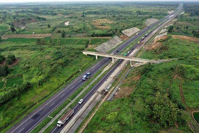 Foto udara perbaikan jalan tol Cipali Kilometer 141, Jawa Barat, Minggu (12/5/19). - ANTARA/Puspa Perwitasari