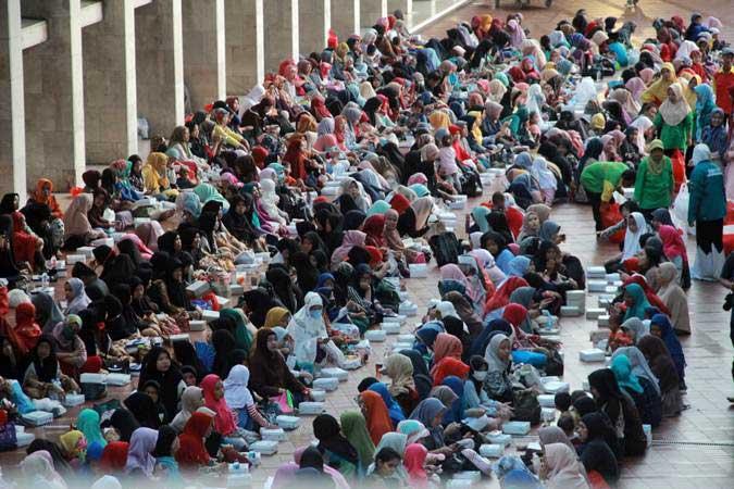 Umat muslim menunggu waktu buka puasa di Masjid Istiqlal, Jakarta, Senin (6/5/2019). - Bisnis/Triawanda Tirta Aditya