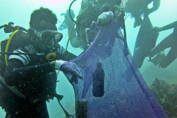 Penyelam mengumpulkan botol-botol bekas di dasar laut saat melakukan aksi besih sampah bawah laut dalam rangka menyambut peringatan Hari Bumi, di Kupang, NTT, Jumat (21/4). - Antara/Kornelis Kaha