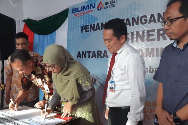 General Manager PT Pertamina MOR II Sumbagsel Primarini (ketiga dari kanan) menandatangani perjanjian kerjasama join promo program bersama Regional CEO Bank Mandiri Sumatera II, Aribowo. Bisnis - Dinda Wulandari