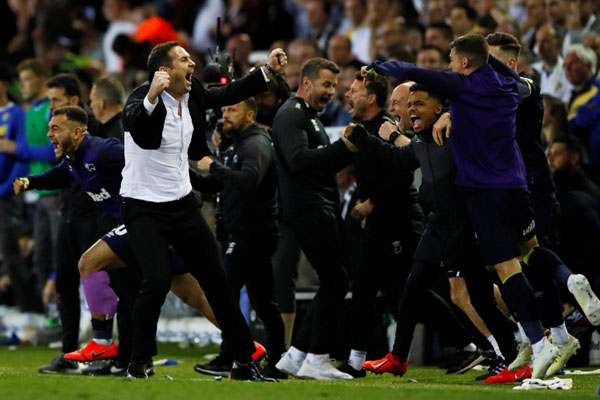 Eks-bintang Chelsea Frank Lampard (kiri depan) merayakan kesuksesan Derby County yang ditanganinya sebagai pelatih lolos ke final playoff Championship untuk berebut tiket promosi ke Liga Primer Inggris melawan Aston Villa. - Reuters/Jason Cairnduff