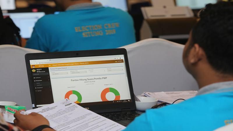 Pekerja memasukkan data ke Sistem Informasi Penghitungan (Situng) DKI Jakarta di Hotel Merlyn Park, Jakarta, Minggu (21/4/2019). Hasil penghitungan suara Pemilu Presiden (Pilpres) 2019 yang dimuat dalam Situng milik KPU masih terus bergerak dan ditampilkan dalam portal pemilu2019.kpu.go.id - Antara