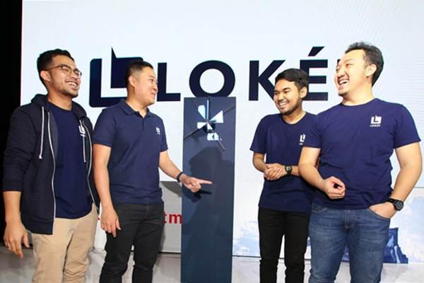CEO LOKET Edy Sulistyo (kedua kiri) berbincang dengan VP Consumer Rama Adrian (dari kiri) Product Manager Loket.com Febrian Adhitama dan VP Marketing LOKET Ario Adimas saat acara Grand Launching Loket.com di Jakarta, Selasa (8/5). - JIBI/Abdullah Azzam
