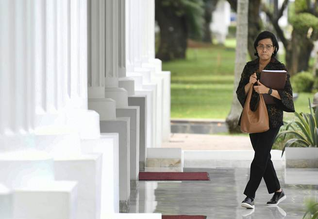 Menkeu Sri Mulyani bersiap mengikuti rapat terbatas tentang ketersediaan anggaran dan pagu indikatif tahun 2020 di Kantor Presiden, Jakarta, Senin (22/4/2019). - ANTARA/Puspa Perwitasari