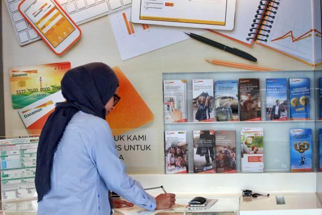 Nasabah berada di salah satu cabang Bank Danamon, di Jakarta. - Bisnis/Abdullah Azzam
