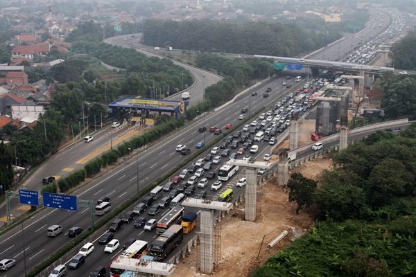 Ilustrasi - Pengendara memperlambat laju kendaraannya saat melintasi ruas jalan Tol Jakarta-Cikampek arah Cikampek, di Bekasi, Jawa Barat, Jumat (23/6). Pada H-2 Lebaran yang diprediksi puncak arus mudik, kendaraan pemudik yang melintasi ruas tol Jakarta-Cikampek melalui GT Cikarang Utama mengalami peningkatan, tercatat sejak pagi hingga siang mencapai 29.868 kendaraan. ANTARA FOTO - Risky Andrianto