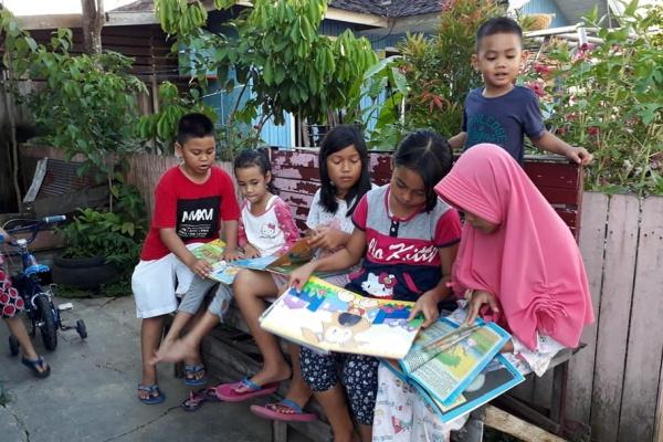 Prihatin Literasi di Indonesia, Ibu Ini Dorong Gerobak ...