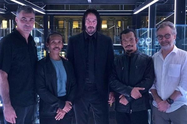 Yayan Ruhiyan (kedua kiri) mengabadikan momen syuting bersama Cecep Arif Rahman (kedua kanan), Chad Stahelski (sutradara), Lusteen (sinematografer), dan Keanu Reeves (tengah) selaku pemeran utama pada film John Wick 3.(Instagram)