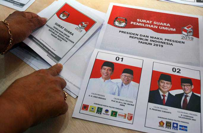 Ilustrasi-Petugas logistik KPU Pusat memeriksa surat pemilihan Presiden dan Wakil Presiden 2019 untuk pemilih luar negeri di gudang logistik KPU di Benda, Tangerang, Banten, Kamis (7/2/2019). - ANTARA/Muhammad Iqbal