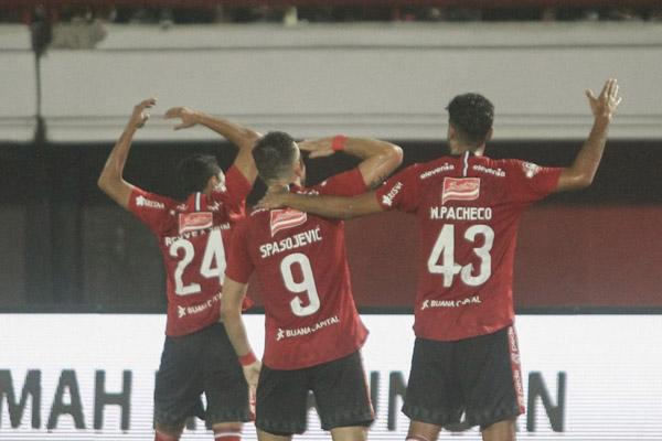 Penyerang Bali United Ilija Spasojevic (tengah) merayakan golnya ke gawang Persebaya Surabaya bersama Ricky Fajrin (kiri) dan Willian Pacheco. - BaliUtd.com