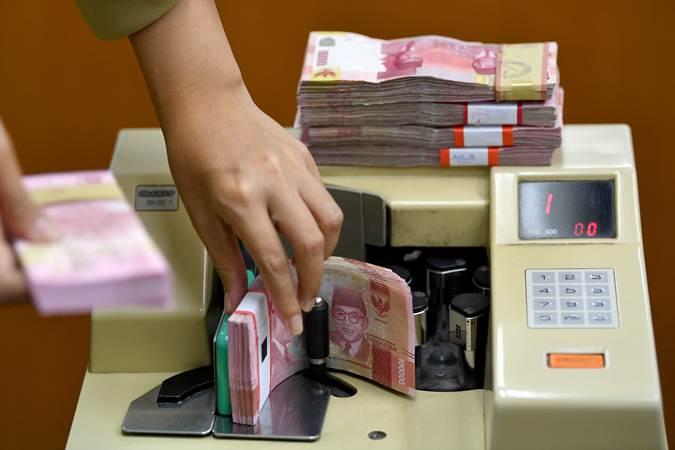 Karyawan menghitung mata uang rupiah di gerai penukaran mata uang asing Ayu Masagung, Kwitang, Jakarta Pusat, Senin (28/1/2019). - ANTARA/Sigid Kurniawan