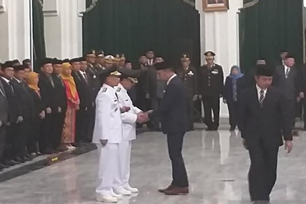 Gubernur Jawa Barat M Ridwan Kamil atau Emil melantik Sunjaya Purwadisastra dan Imron Rosyadi sebagai Bupati dan Wakil Bupati Cirebon periode 2019-2024. di Aula Barat Gedung Sate Bandung, Jumat (17/5/2019). - Antara