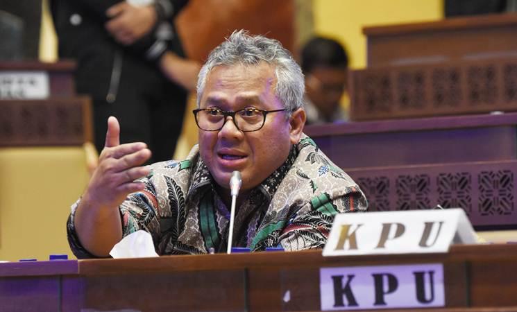 Ketua KPU Arief Budiman mengikuti rapat dengar pendapat dengan Komisi II DPR di Gedung Nusantara, Komplek Parlemen, Selasa (19/3/2019). - ANTARA/Indrianto Eko Suwarso