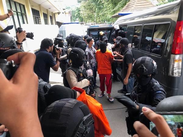 Terduga teroris saat dibawa ke Mabes Polri - Bisnis/Sholahuddin Al Ayyubi