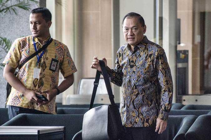 Mantan Menkeu Agus Martowardojo (kanan) bersiap menjalani pemeriksaan di gedung KPK, Jakarta, Jumat (17/5/2019). - ANTARA/Aprillio Akbar
