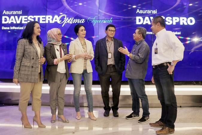 EVP Wealth Management Bank BRI Tina Meilina (dari kiri), Direktur BRI Life Anik Hidayati, Direktur Bank BRI Handayani, Direktur Priyastomo, Dirut BRI Life Gatot Mardiwasisto, dan Direktur Ansar Arifin berbincang di sela-sela peluncuran Asuransi Dana Investasi dan Proteksi (Davespro), dan Asuransi Dana Investasi Sejahtera (Davestera) Optima Syariah, di Jakarta, Jumat (17/5/2019). - Bisnis/Felix Jody Kinarwan