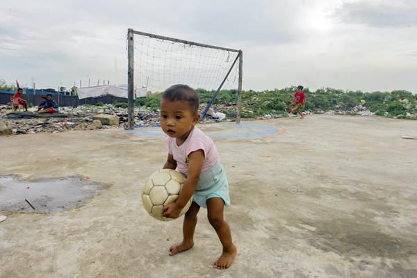Seorang bocah bermain di area Taman BMW, Jakarta, Senin (14/1/2019). - Antara/Muhammad Adimaja