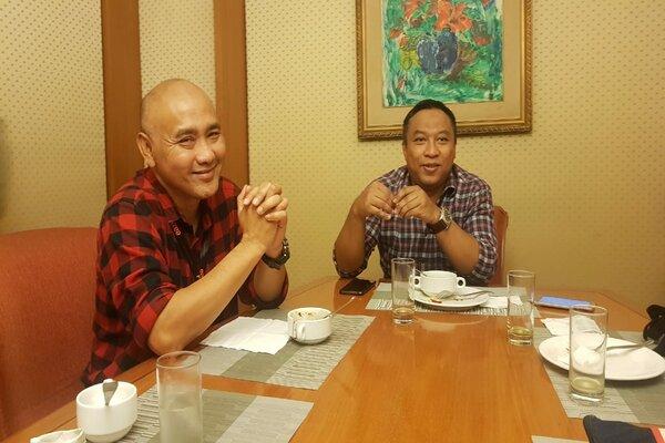 Regional Sales Support Head Danamon Jatim IGede Bagus S (kiri) dan Regional Head RCO Jatim Danamon, Andri Y. Sambas (kanan) saat berbincang dengan media dalam Buka Bersama Danamon di Surabaya, Jumat (17/5/2019). - Bisnis/Peni Widarti