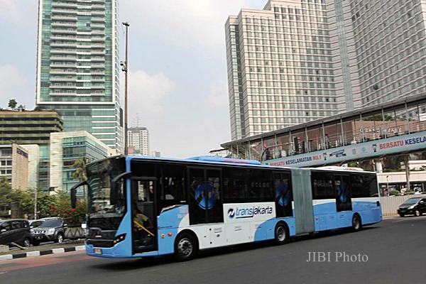 Bus Transjakarta produksi Scania melintasi kawasan Bundaran Hotel Indonesia, Jakarta, Senin (22/6). - JIBI/Rahmatullah