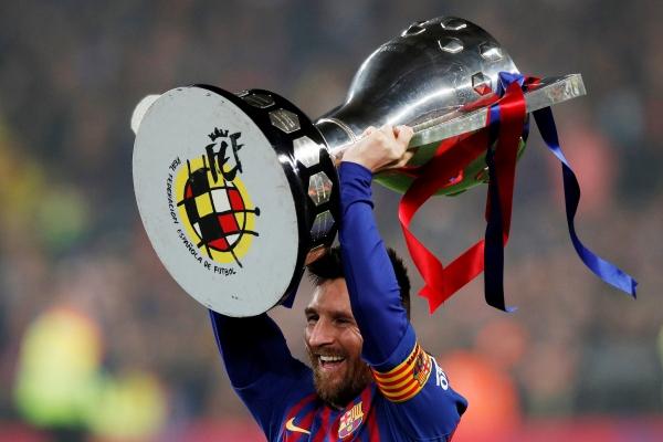 Lionel Messi merayakan Juara La Liga Spanyol di Camp Nou Barcelona, Minggu (28/4/2019) dini hari WIB. - Reuters/Albert Gea