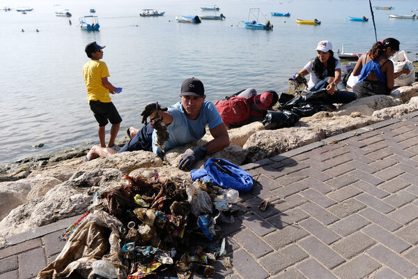 Warga negara asing yang juga pemerhati lingkungan memungut sampah dalam gerakan bersih pantai dan laut memperingati International Coastal Cleanup 2019 di Pantai Mertasari, Denpasar, Bali, Jumat (10/5/2019). Kegiatan tersebut dalam upaya membebaskan laut dari sampah, terutama sampah plastik yang dinilai menjadi ancaman serius di perairan. - Antara/Nyoman Hendra Wibowo