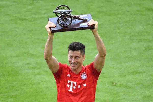 Robert Lewandowski mengangkat trofi sebagai top skor Bundesliga 2018 - 2019. - SB Nation