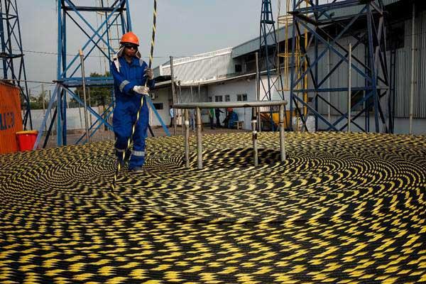 Pekerja mengawasi proses bongkar muat kabel serat optik proyek Palapa Ring Paket Timur di Depo PT. Communication Cable Systems Indonesia (CCSI), Cilegon, Banten, Selasa (5/6/2018). - JIBI/Felix Jody Kinarwan