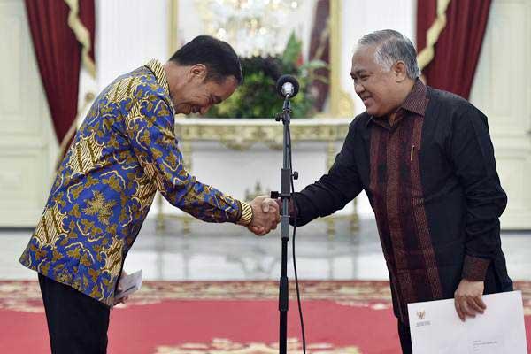 Presiden Joko Widodo (kiri) berjabat tangan dengan Din Syamsuddin - ANTARA/Puspa Perwitasari