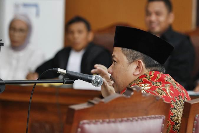 Wakil Ketua DPR Fahri Hamzah (kanan) memberikan kesaksian bagi terdakwa kasus dugaan penyebaran berita bohong atau hoaks Ratna Sarumpaet (kiri) di Pengadilan Negeri Jakarta Selatan, Selasa (7/5/2019). - ANTARA/Nalendra