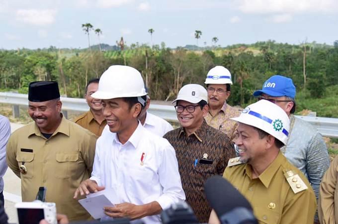 Presiden Jokowi (kedua kiri), didampingi Wagub Kaltim Hadi Mulyadi (dari kanan), Menteri ATR/Kepala BPN Sofyan A. Djalil, Sekretaris Kabinet Pramono Anung, memberikan penjelasan kepada pers, di sela-sela kunjungan ke Bukit Soeharto, di Kabupaten Kutai Kartanegara, Kalimantan Timur, Selasa (7/5/2019). - Setkab/Anggun