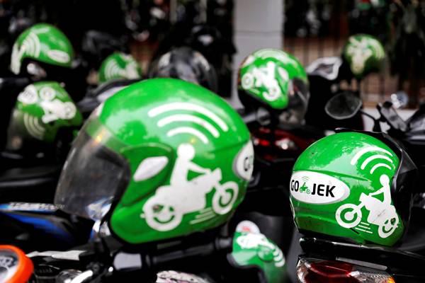 Ilustrasi - Helm milik pengemudi Gojek. - REUTERS/Beawiharta