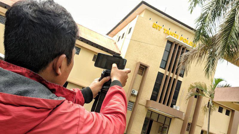 Seorang wartawan mengambil dokumentasi gedung Direktorat Tahti Polda NTB, tempat tersangka penyelundup narkoba asal Perancis, Dorfin Felix (35), kabur pada Minggu malam 20 Januari 2019. - Antara/Dhimas B. Pratama