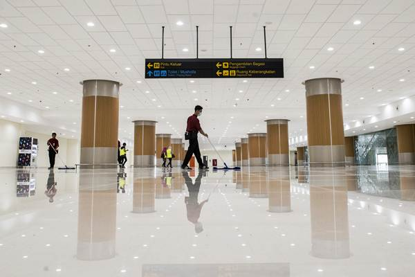 Pekerja membersihkan ruang pengambilan bagasi di Bandara Internasional Jawa Barat (BIJB) Kertajati, Majalengka, Jawa Bara - ANTARA/M Agung Rajasa
