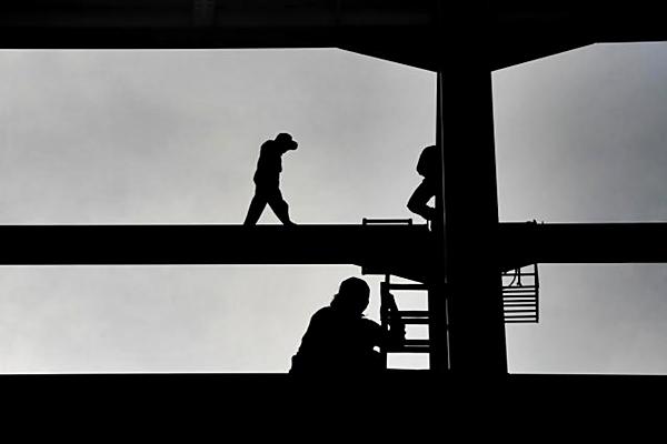 Pekerja beraktivitas di proyek pembangunan pabrik. - JIBI/Nurul Hidayat