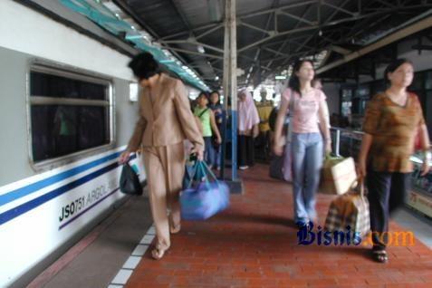 Ilustrasi - Para penumpang kereta api tiba di sebuah stasiun. - Bisnis/Bisnis.com