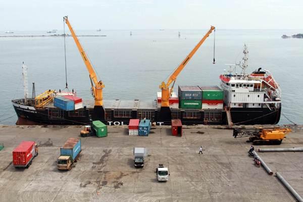 Ilustrasi - Kapal Logistik Nusantara 4 yang melayani tol laut menurunkan kontainer muatannya saat bersandar di dermaga Pelabuhan Makassar, Sulawesi Selatan, Kamis (28/6/2018). - JIBI/Paulus Tandi Bone