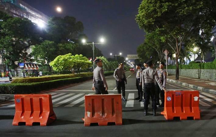 Sejumlah personel kepolisian berjaga di depan kantor KPU, Jakarta, Senin malam (20/5/2019). - Bisnis/Abdullah Azzam
