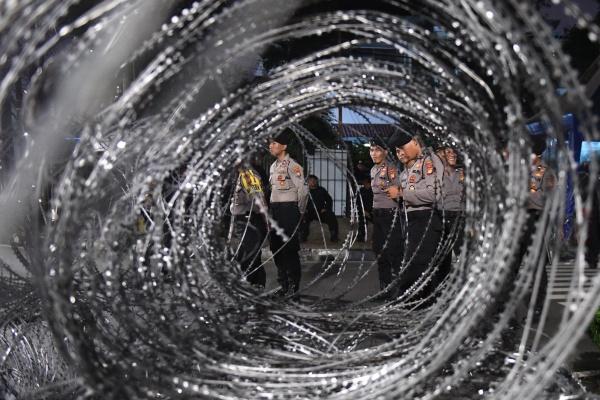 Sejumlah personel kepolisian berjaga di depan kantor KPU, Jakarta, Senin (20/5/2019). Aparat kepolisian memperketat penjagaan gedung KPU dengan menutup Jalan Imam Bonjol, Menteng, Jakarta Pusat, yang berada persis di depan Kantor KPU pada Senin (20/5/2019) malam untuk kedua arahnya - ANTARA FOTO/Akbar Nugroho Gumay