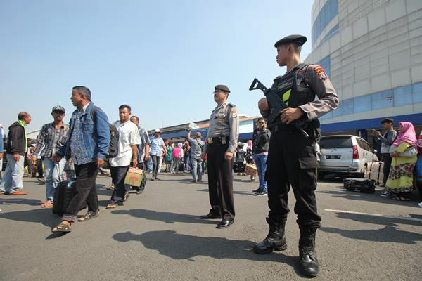 Polisi bersiaga di Gapura Surya Nusantara, Pelabuhan Tanjung Perak Surabaya, Jawa Timur, Senin (20/5/2019). - Antara