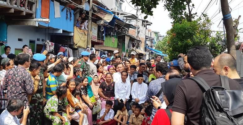 Jokowi dan Ma'ruf Amin berfoto bersama warga di Kampung Deret - Bisnis/Amanda Kusumawarhani