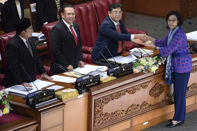Menteri Keuangan Sri Mulyani (kanan) menyerahkan berkas Kerangka Ekonomi Makro (KEM) dan Pokok-Pokok Kebijakan Fiskal (PPKF) Rancangan Anggaran Pendapatan dan Belanja Negara Tahun Anggaran 2020 kepada pimpinan Sidang Paripurna DPR Utut Adianto (kedua kanan), Bambang Soesatyo (kedua kiri) dan Fadli Zon di Gedung Nusantara II Kompleks Parlemen Senayan, Jakarta, Senin (20/5/19). - ANTARA/Puspa Perwitasari